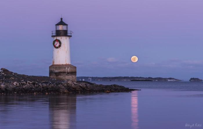 Nhiếp ảnh gia Abhijit Patil chia sẻ đây là hình ảnh Mặt Trăng mọc đầu tiên của ông sau suốt ba năm ông theo nghiệp cầm máy ảnh. Đó là một buổi chiều đẹp trời tại vùng cảng gần nhà ông ở Salem, Massachusetts.