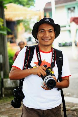Bergaya ala seorang fotografer. Foto : Wahyu.