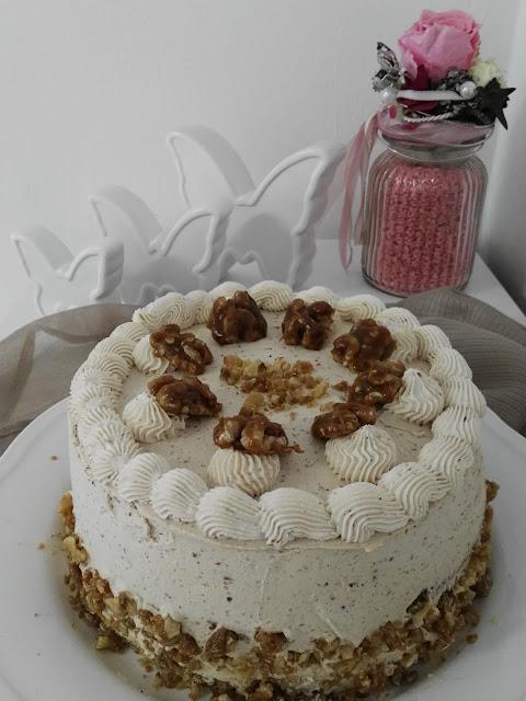Torte mit Karamellsahne und karamellisierten Nüssen