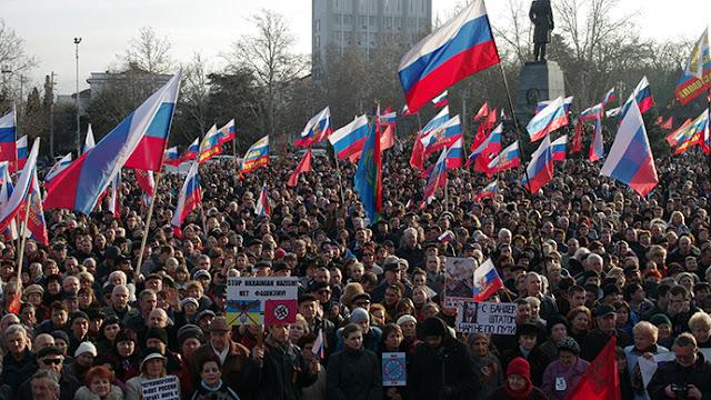 الروس يحتجون على سيطرة الحكومة المتزايدة لتشديد قواعد استخدام الإنترنت