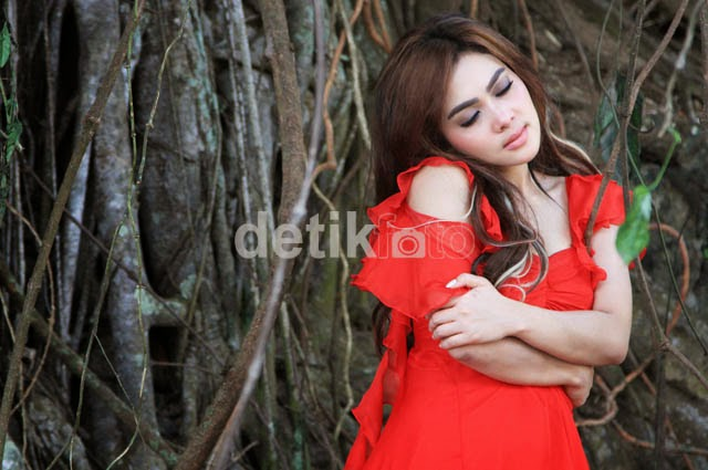 Photo Seksi Red Hot Syahrini