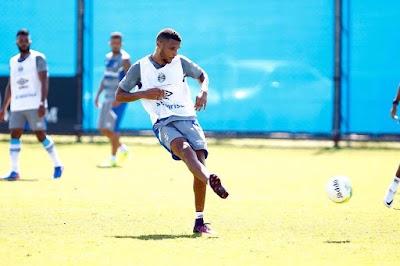 Zagueiro Lucas Rex é novamente relacionado para o time principal do Grêmio dd220cb87b749
