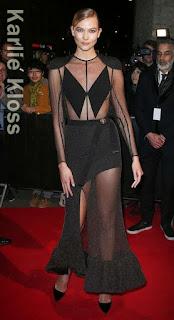 この日のカーリー・クロス(Karlie Kloss)は、黒いルイビィトン(Louis Vuitton)のベルト付き&スリット入りドレスとカートジェイガー(Kurt Geiger)のヒールを合わせ、身体のラインを活かしたセクシーなスタイルを披露。