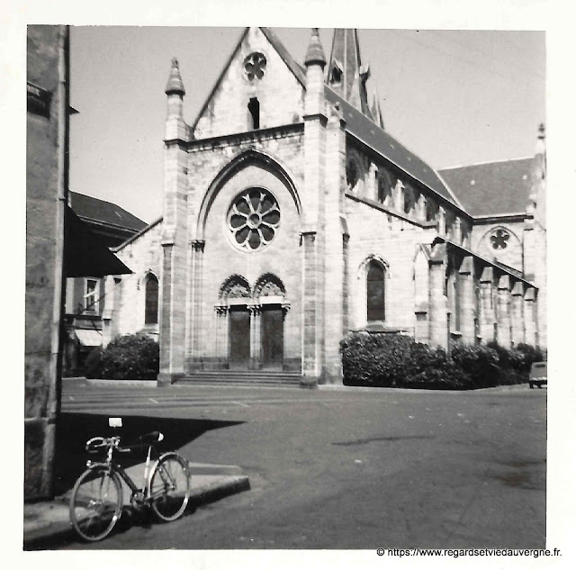Photo ancienne d'une église dans l'Allier.