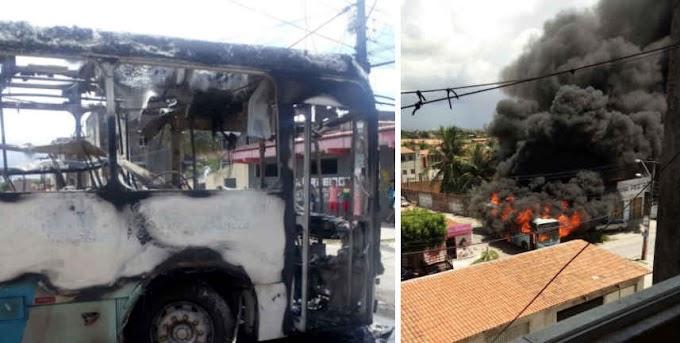 ATAQUES CRIMINOSOS: Ônibus são incendiados na Capital; terminais estão sendo fechados