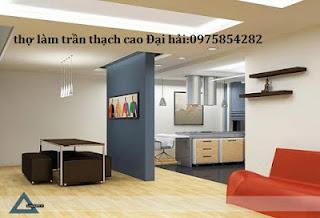 tho-nhan-lam-tran-vach-tuong-ngan-phong-bang-thach-cao-tai-ha-noi
