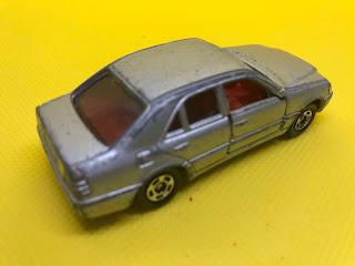 メルセデスベンツ Cクラス のおんぼろミニカーを斜め後ろから撮影