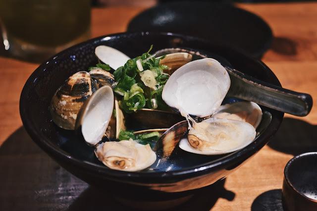 最後來一碗清酒蛤蠣,店員這道不加任何一滴水,純清酒燒煮,火熱熱的滋味。
