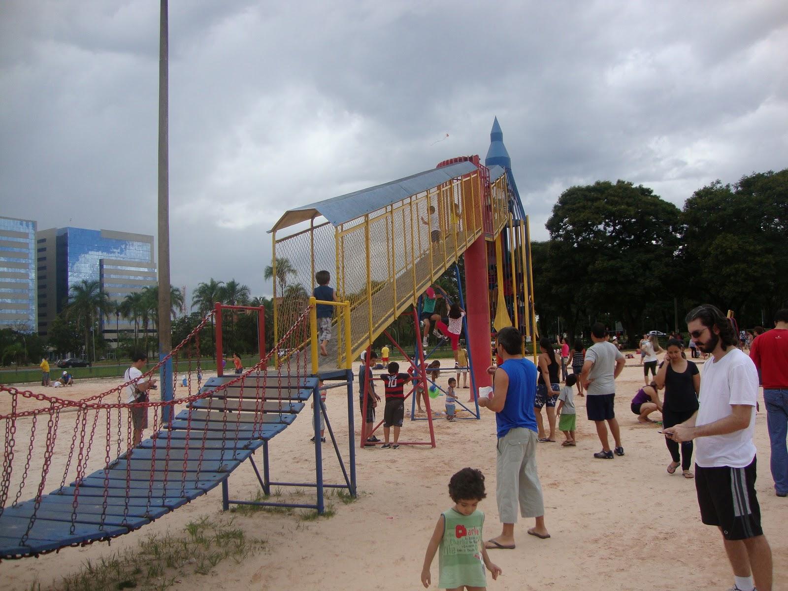Crianças Se Divertindo No Parque: Viajando Com Crianças: Parque Do Foguete