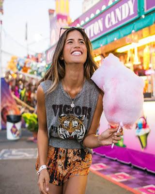 foto tumblr con algodón de azúcar parque de diversiones