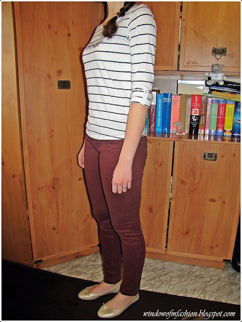 Bluzka w paski, burgundowe jeansy, złote baleriny, pierścionek z kokardką