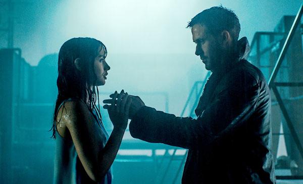 K (Ryan Gosling) and his holographic girlfriend, Joi (Ana de Armas) in BLADE RUNNER 2049