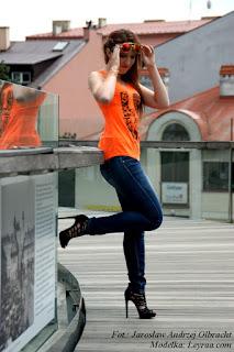 16.07.17 Pomarańczowa bokserka z czarnym nadrukiem, kolorowe pilotki, granatowe jeansy, sandały na szpilce, kolorowe bransoletki, Rzeszów