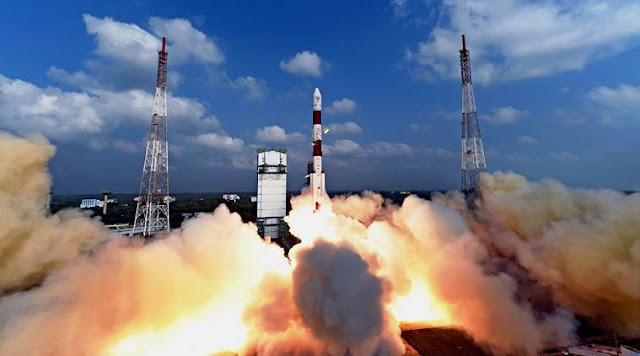 Tên lửa PSLV của Tổ chức Nghiên cứu Vũ trụ Ấn Độ (ISRO) đang thực hiện sứ mệnh kỷ lục khi phóng cùng lúc 104 vệ tinh lên không gian. Hình ảnh: Indian Express.