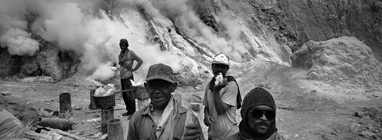 Photo panoramique de Jean-Christophe Béchet de mineurs récoltant du soufre dans le cratère du Kawah Ijen à Java
