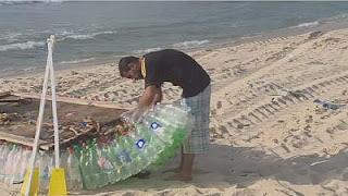 صياد فلسطيني يصنع قوارب صديقة للبيئة من البلاستيك
