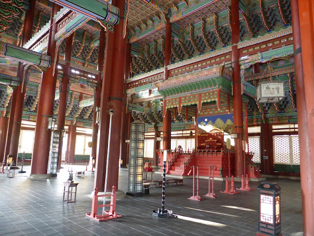 Palacio Gyeongbokgung:Interior del Geunjeongjeon Hall