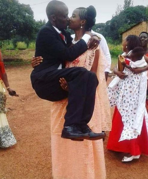 Hilarious: Crazy Photo of Couple Kissing