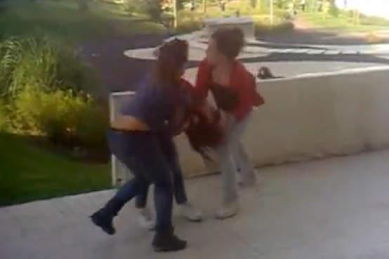 Cobardes roubam e espancam mais três raparigas