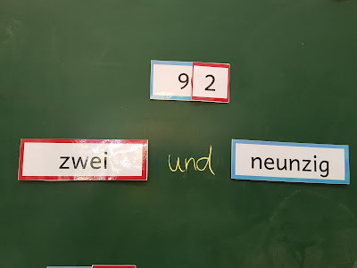 Für Schüler, die Deutsch nicht als Muttersprache gelernt haben, stellt das Verstehen von Zahlen im  Zahlenraum bis 100 eine besondere Schwierigkeit da. Diese Übungsblätter und das Tafelmaterial helfen die Zahlen übersichtlich darzustellen.