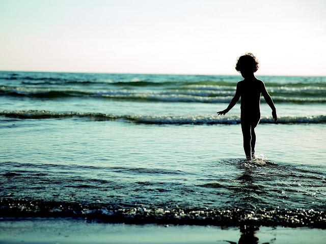 chłopiec nad morzem, wakcje, fale