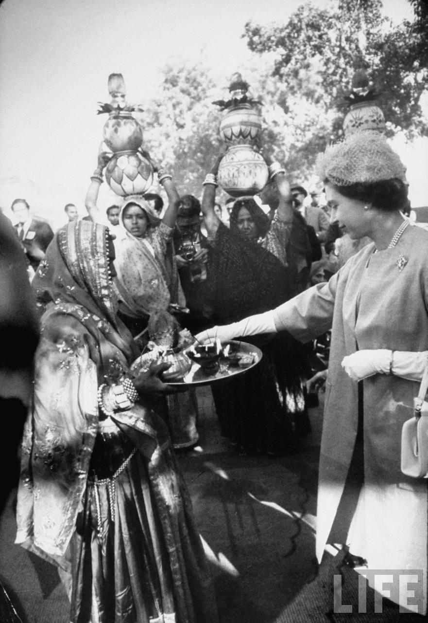 Los indios dan la bienvenida a la reina.