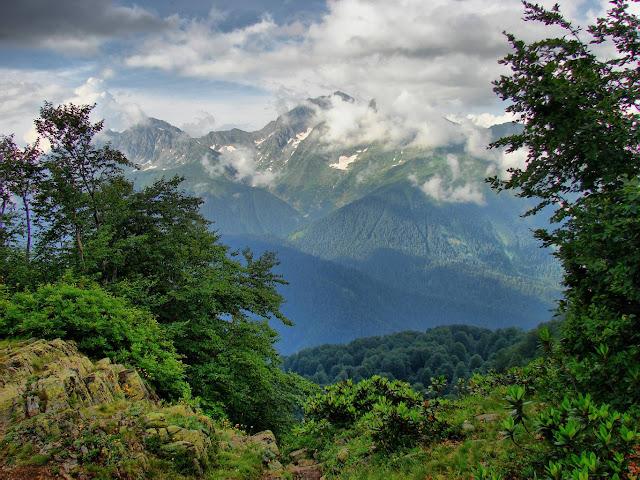 Вид с хребта Ачишхо на гору Чугуш