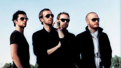 """Biografi Coldplay     Coldplay adalah grup musik rock alternatif yang dibentuk di London, Britania Raya, pada tahun 1996. Grup musik ini terdiri dari Chris Martin sebagai vokalis utama, Jonny Buckland sebagai gitaris utama, Guy Berryman sebagai bassis, dan Will Champion sebagai drummer. Coldplay telah merilis 4 album sepanjang kariernya, dimulai dari album debut Parachutes (2000), kemudian A Rush of Blood to the Head {2002), X&Y (2005), dan albumViva la Vida or Death and All His Friends (2008) dan terakhir adalah sebuah album konser berjudul LeftRightLeftRightLeft (2009). Secara keseluruhan, Coldplay telah meraih kesuksesan melalui 4 album ini dengan total penjualan mencapai 33,9 juta album.Beberapa singelnya telah menjadi hit seperti """"Yellow"""", """"Clocks"""" (pemenang Record of the Year pada Grammy Award 2004), """"The Scientist"""", """"Speed of Sound"""", """"Fix You"""", dan """"Viva la Vida"""". Mereka mendapat tanggapan baik dari media di album Viva La Vida Or Death and All His Friends setelah di album X&Y mendapat kritik yang buruk di media. Kisah Sejarah Band Coldplay berawal dari meja bilyar.   Tepatnya sebuah meja bilyar yang terletak di sebuah pub tak jauh dari kampus mereka, University College of London. Satu malam di pertengahan tahun 1996, dua orang"""
