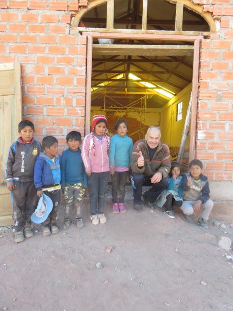 Die Kinder von Casa Grande informieren sich schon einmal mit dem Padre über den Fortschritt beim Kapellenneubau.