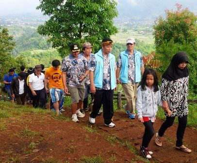 Jalan Sehat Bersama Bupati Bandung di Desa Wisata Ciburial