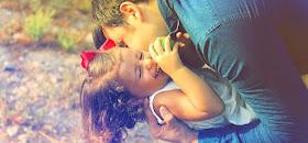 Vater knuddelt Tochter