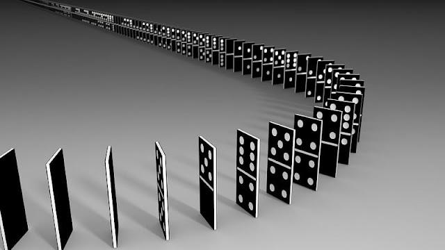 deretan domino berwarna hitam