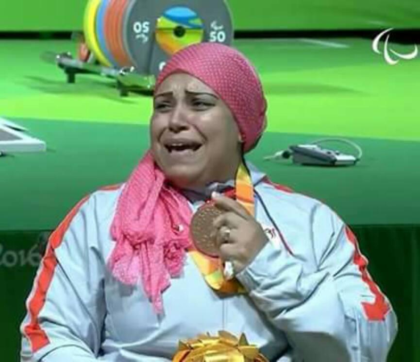 """بدموع تختلطت بين الفرح والحزن """"امانى الدسوقى"""" تحرز الميدالية البرونزية بمنافسات رفع الاثقال وترفع رصيد مصر الي سبعة ميداليات ."""