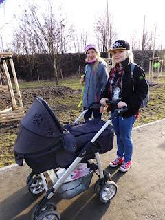 Córki i wnuczka na spacerze po Wrocławiu