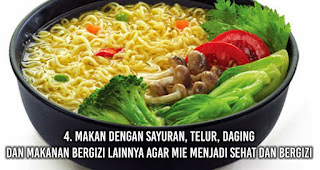 Makan dengan sayuran, telur, daging dan makanan bergizi lainnya agar mie menjadi sehat dan bergizi