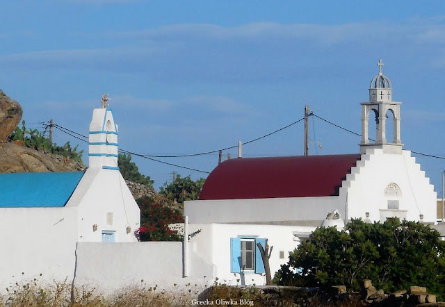 greckie kaplice z niebiekim i czerwonym dachem Mykonos Grecja