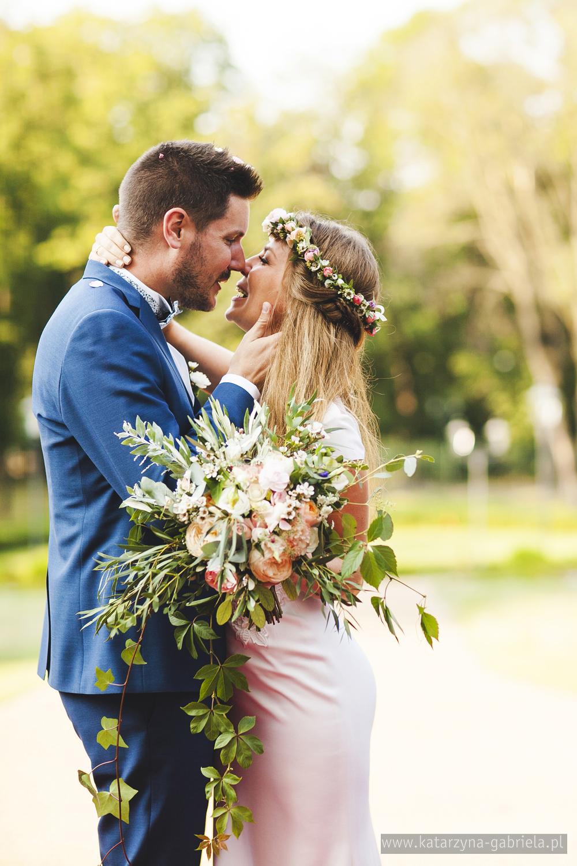 Polsko francuski ślub, Para Młoda, Śluby międzynarodowe, Polsko Francuskie wesele, Ślub Cywilny w plenerze, Ślub w stylu francuskim, Romantyczny ślub, Wesele w Pałacu Goetz, Zagraniczni goście na weselu, Francuska inspiracja ślubna, Blog o ślubach, Najpiękniejsze śluby w Polsce.