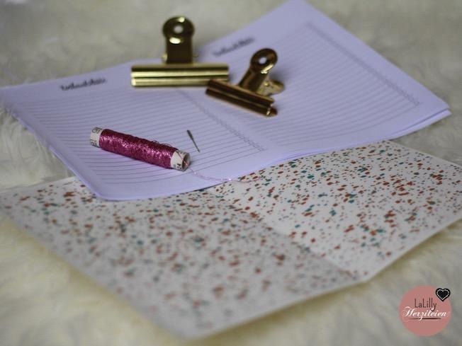 Wusstest du, dass man auch Papier nähen kann? Heute zeige ich dir, wie du hübsche Notizhefte selber herstellen kannst. Das perfekte Last- Minute- Geschenk, egal ob zu Weihnachten, Geburtstagen oder dem Muttertag. Ein DIY das in 5 Minuten gemacht ist!
