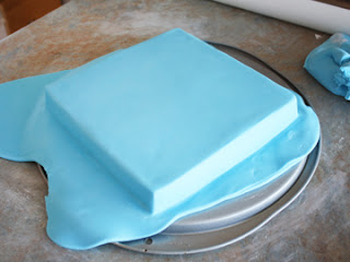 bordes afilados en la torta de la pasta de azúcar