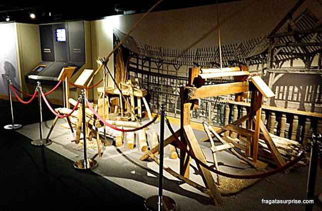 Teares usados para produzir os figurinos das peças de Shakespeare, no Museu do Teatro Globe
