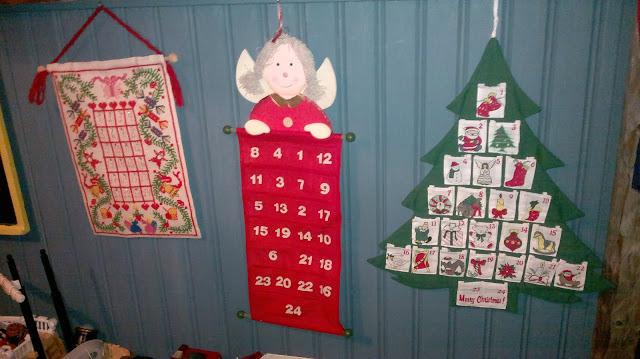 joulukalenterit portaikon kaiteella