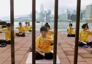 Falun Gong followers meditate in Hong Kong, May 9, 2001 (Reuters/Kin Cheung). (photo credit: REUTERS/KIN CHEUNG)