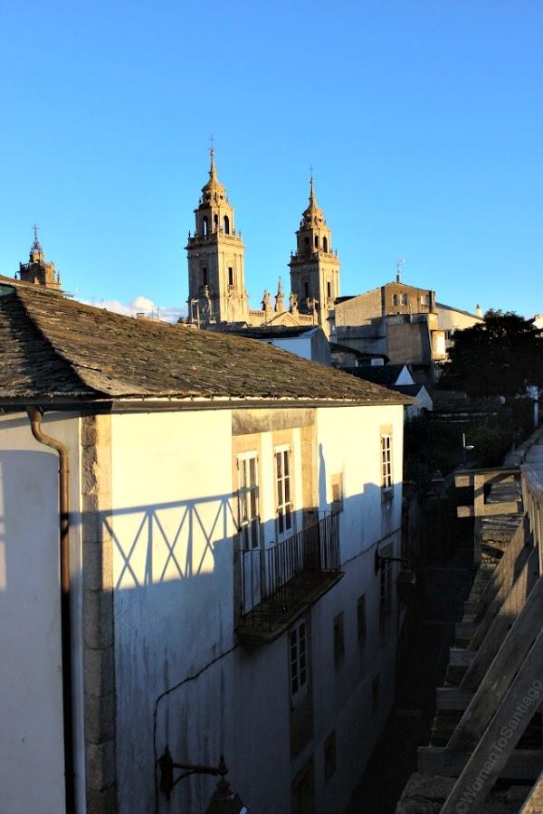 muralla-lugo-camino-de-santiago-primitivo-vista-catedral