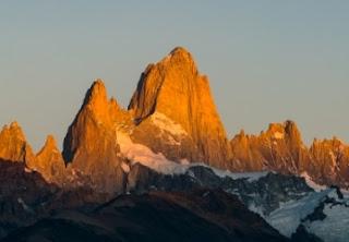 La majestuosidad del Chaltén iluminado por las luces del amanecer