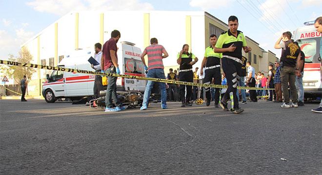 Diyarbakır'da öğrenci servis aracının çarptığı motosikletin sürücüsü hayatını kaybetti