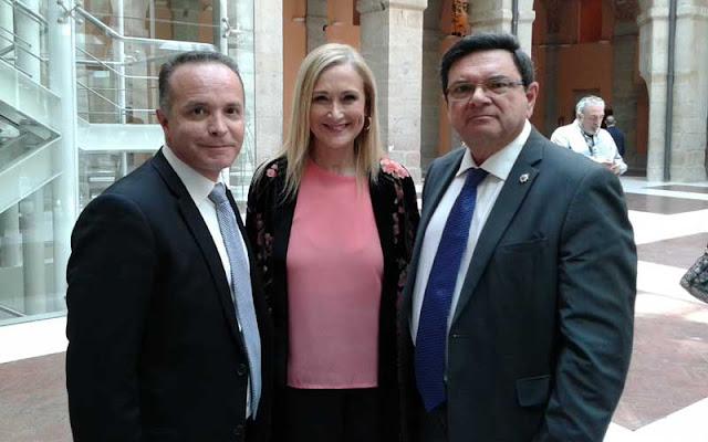 Los vicepresidentes del CGPC Miguel A. de la Cruz y Rafael Ruiz Calatrava, junto a la presidenta de la Comunidad de Madrid, Cristina Cifuentes. Foto: D.Sinova / Comunidad de Madrid