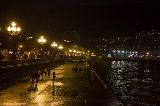 Набережная Ялты ночью