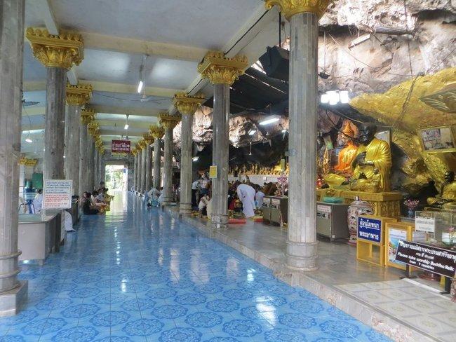 Внутри помещении тайцы завтракают