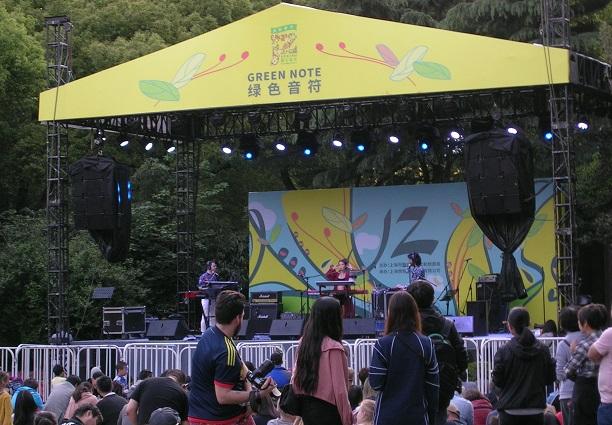 特設ステージでの、中国人らしき女性のボーカリストを含む3人組の演奏