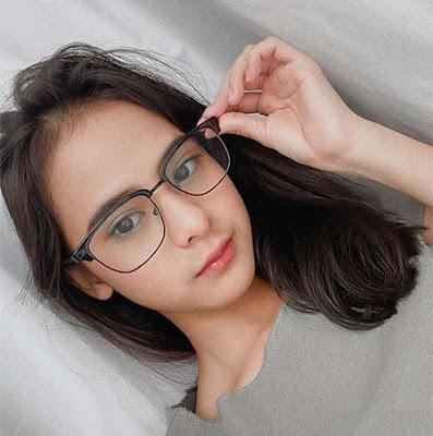 Cathy Fakandi Pakai Kacamata